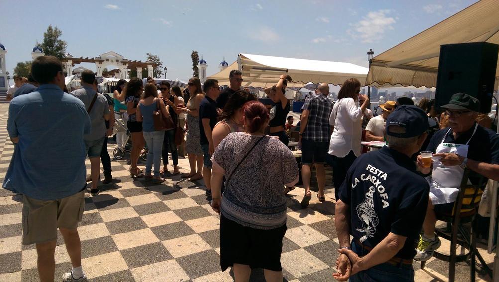 FESTA LA CARXOFA.- Los componentes de la Festa La Carxofa despiden la primavera en un ambiente festivo
