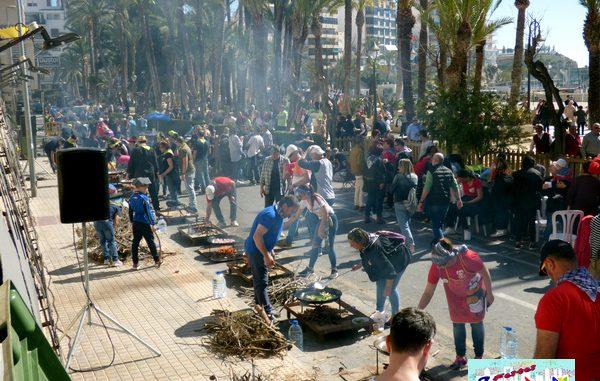 El concurso de paellas reúne falleros y visitantes en Benidorm