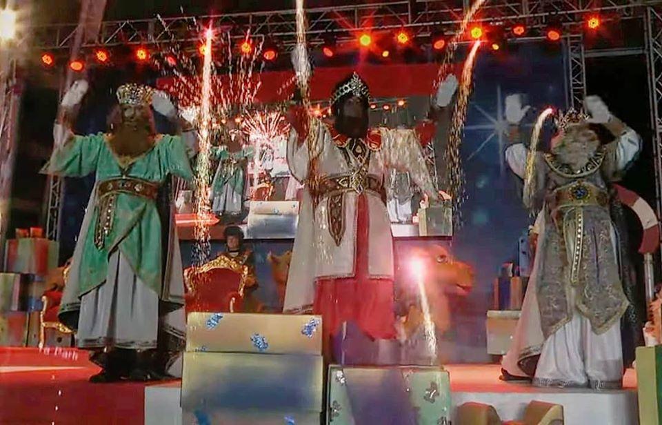 NAVIDAD.- La magia de los Reyes Magos llena de ilusión la Plaza de la Navidad de Benidorm