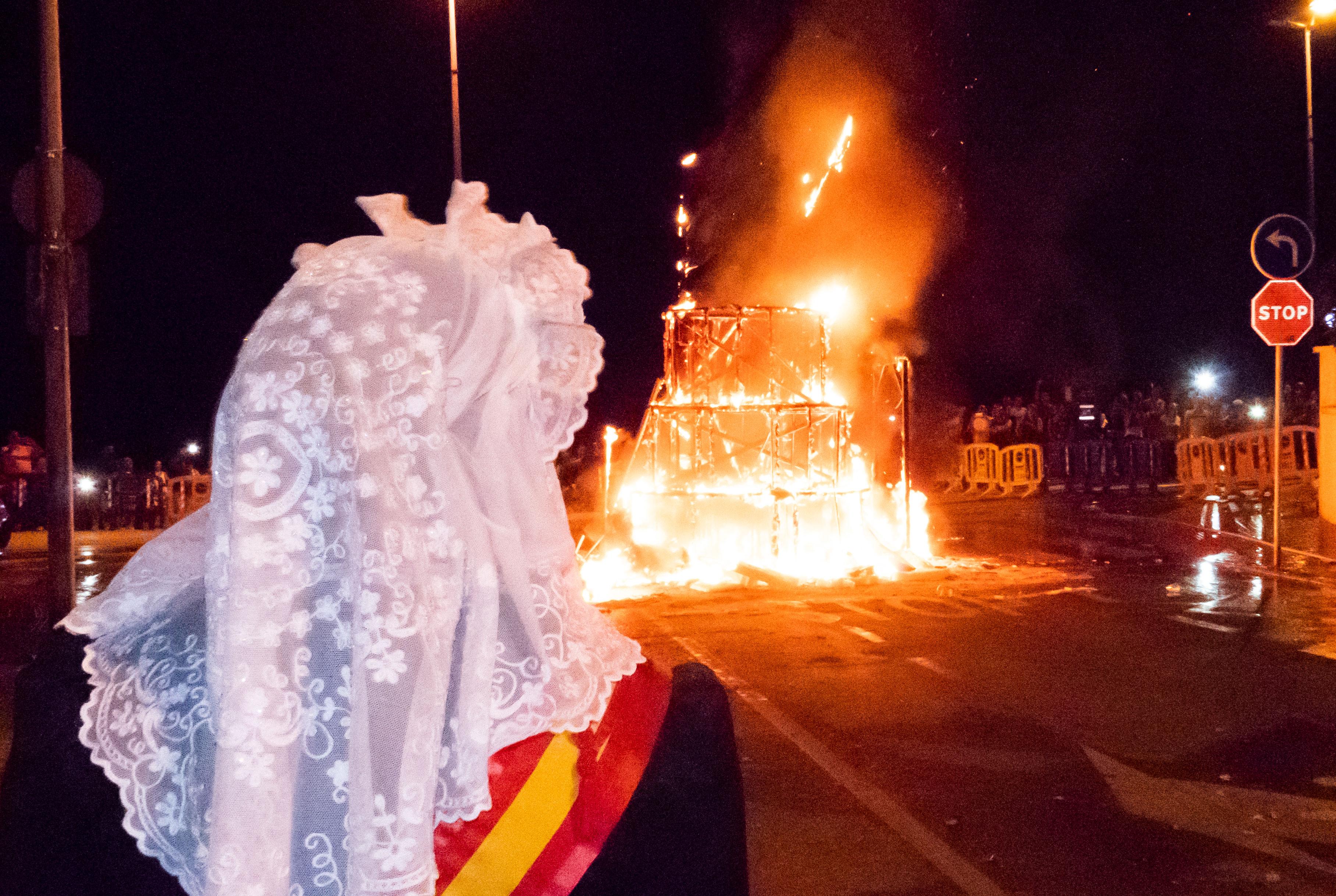 HOGUERAS.- Con la 'cremà', la Hoguera de La Cala se despide del fuego hasta el año próximo