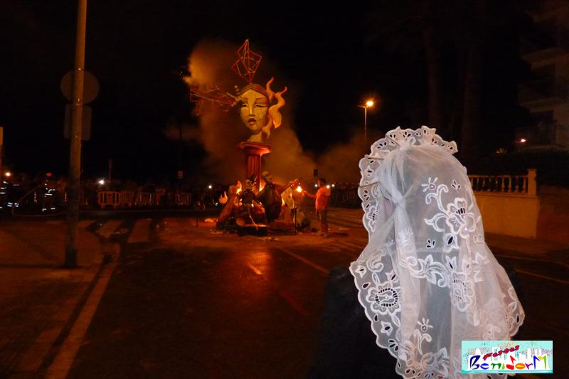 HOGUERAS.- La Hoguera de La Cala se despide con el ritual del fuego hasta el año próximo