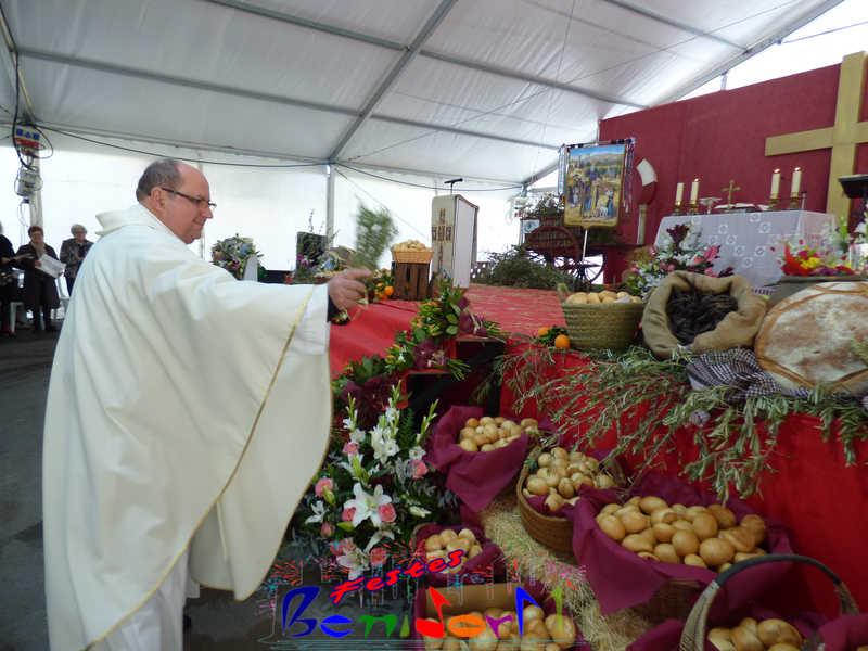 FESTES ERMITA.- Centenares de personas asisten a la bendición panes y animales de Sant Antoni