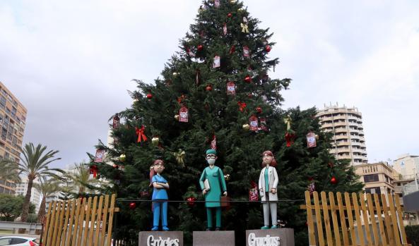 NAVIDAD.- Benidorm dedica al personal sanitario el árbol de Navidad de la Plaza del Ayuntamiento