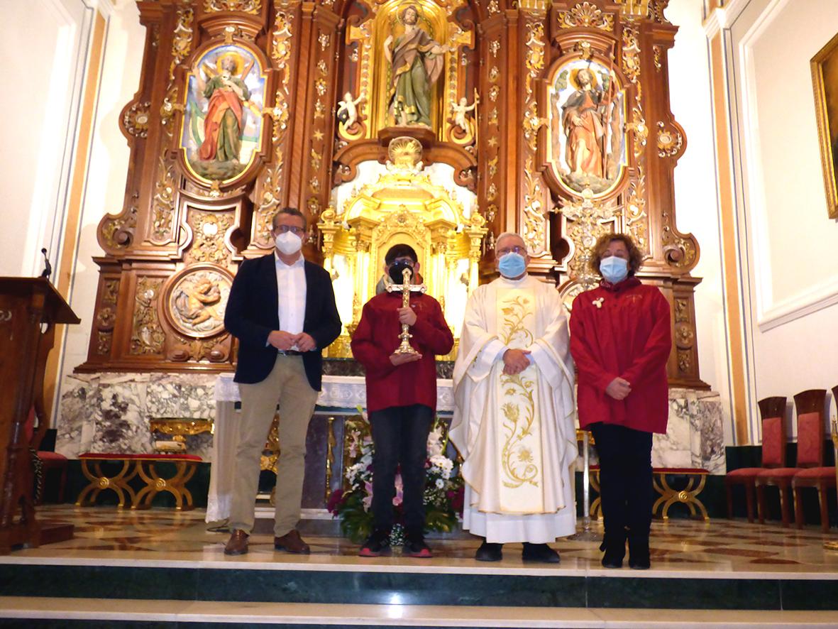 FIESTAS. – Bajo medidas de seguridad el niño Paco García Salcedo recita el verso en la tradicional Festa de la Creu